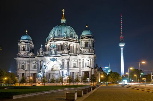 In Berlin gibt es vier Bachchöre und Bachorchester. Im Bild als Nachtaufnahme sieht man vorne links im Bild den Dom in Berlin, rechts dahinter der Fernsehturm im Hintergrund..