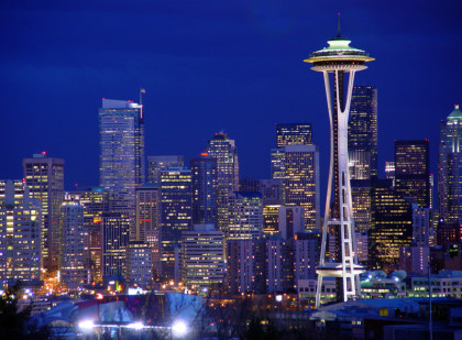 Auch Seatle in den USA hat einen Bachchor. Im Bild sieht man Seattle bei Nacht. Man sieht die Wolkenkratzer Skyline, vorne der Fernsehturm. Es ist die späte blaue Stunde.