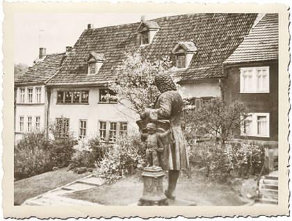 Das zweite Bild im Kapitel Steckbrief ist auf dem alten Foto mit Riffelrand das Bachhaus Eisenach und das Denkmal von Johann Sebastian Bach von der Rückseite. Es ist ungewöhnlich fotografiert, nämlich über den Rücken des Komponisten Richtung Frauenplan.