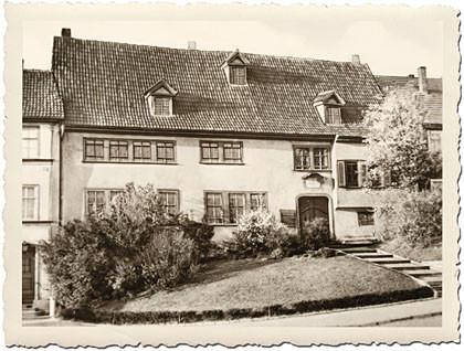 Das dritte Motiv zum Steckbrief wieder als schwarz-weißes Bild mit weißem Riffelrand: man sieht das Bachhaus Eisenach bildfüllend: Hier wohnte Johann Sebastian Bach 10 Jahre.
