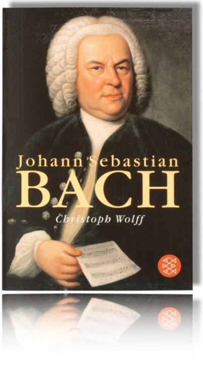 Im Bild sieht man das Buch von Christoph Wolff mit Titel Johann Sebastian Bach. Es zeigt das Bach Bild von Haußmann bis zum Notenblatt in dessen Hand. Auch zu sehen: das Logo des Buch Verlags Fischer.