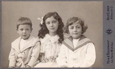 Ein rund 100 Jahre altes Portrait von 3 Kindern im Studio. Schwarz weiß. 2 Jungs außen, ein Mädchen in der Mitte. Das Alter etwa 7 - 15. Alle sind mit Johann Sebastian Bach verwandt.