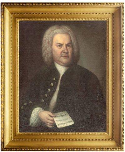 Im BIld ist das berühmtes Bild von Bach zu sehen, das von Elias Gottlieb Haußmann. Bach schaut zum Künstler und hält in seinjer rechter rechten Hand ein Notenblatt.