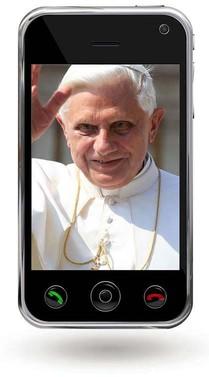 Das Bild zum Zitat zu Bach: Papst Benedikt der Sechzehnte mit weißem Haar, weißer Papsttracht und einer Goldkette winkt mit der Hand am Kopf der Menge zu. Das Foto ist in ein Smartphone montiert.