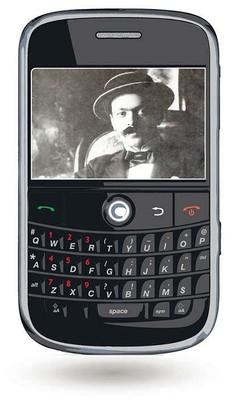Bild zum Zitat zu Bach: ein uraltes schwarzweißes schlechtes Foto zeigt Svevo mit Schnauzbart und Hut in einem kleinen Display eines Smartphones dass auf weißem Hintergrund schwebt.