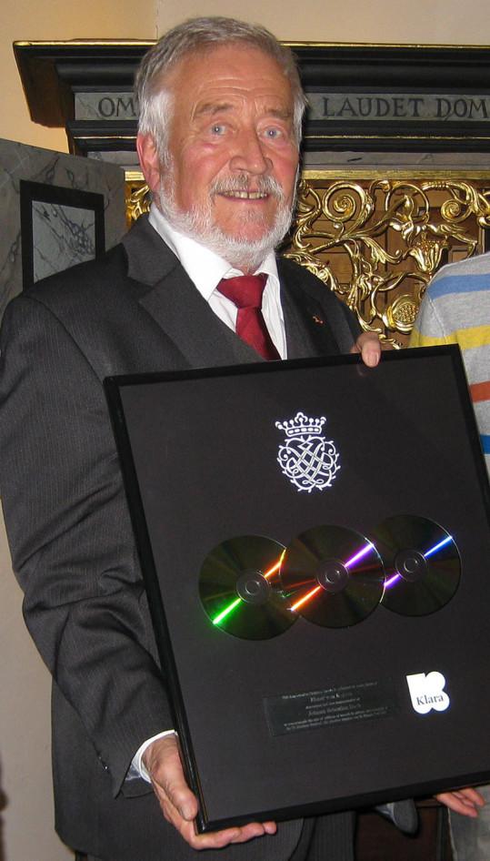 Zur Nachricht zum Thema JOhann sieht man Elmar von Kolson, Urururururenkel von Johann Sebastian Bach mit der Platin-CD.