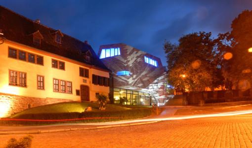 Stellvertretend für den Ursprung zu jedem Bach Chor, Bach Orchester und Bach Verein sieht man im Bild eine Nachtaufnahme vom Bachhaus und Bach Museum in Einsenach während der blauen Stunde.