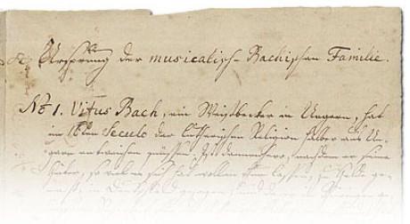 """Auf dem Bild sieht man die oberen fünf Zeilen des """"Ursprung der musicalisch-Bachischen Familie"""" von 1735 in der Handschrift von Bachs Enkelin. Es sind Überschrift und die Zeile und No. 1, Vitus Bach."""