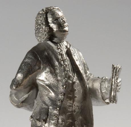 Johann Sebastian Bach als Zinnfigur. Die dritte Aufnahme ist ein Bild vom Gürtel aufwärts und nun von der anderen Seite. Wieder ist die Beleuchtung extrem und verändert.