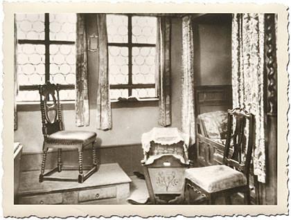 Das letzte Bild zum Steckbrief über Johann Sebastian Bach, Stil wie weiter oben: es ist eine Schlafstube. Man sieht eine kleine Wiege, ein Himmelbett rechts und zwei gepolsterte Stühle. Hier hat Johann Sebastian Bach geschlafen.