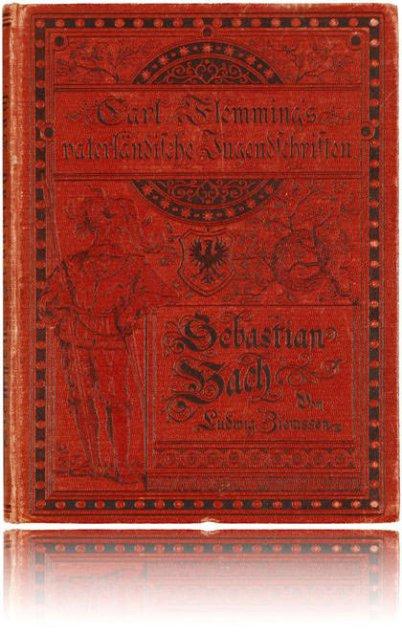 Ein antiquarisches Buch über Bach in auffälligem Rot von Carl Flemming mit dem Titel Johann Sebastian Bach. Ein Landsknecht ist abgebildet.