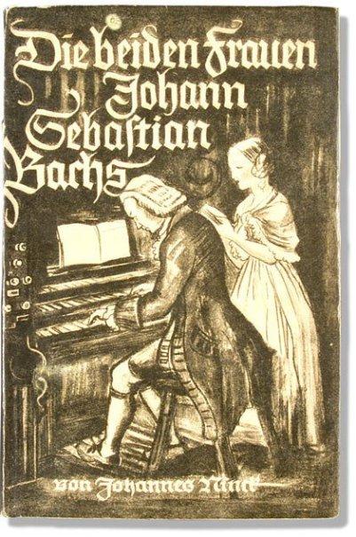 Ein historisches Bach-Buch in einem bräunlichen Ton ist abgebildet. Der Titel: Die beiden Frauen von Johann Sebastian Bach. Auf weißem Grund wirft das Buch einen kleinen Schatten: Bach sitzt an der Orgel, man sieht ihn von der Seite, dahinter steht eine j