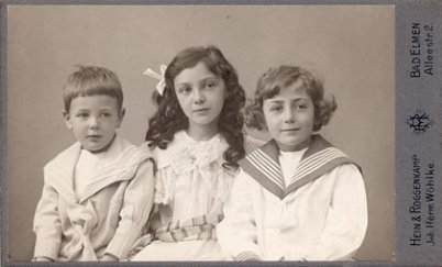 Ein rund 100 Jahre altes Foto von 3 Kindern im Foto-Studio. Schwarzweiß. 2 Jungs außen, ein Mädchen in der Mitte. Das Alter etwa 7 - 15. Alle sind mit Johann Sebastian Bach verwandt.