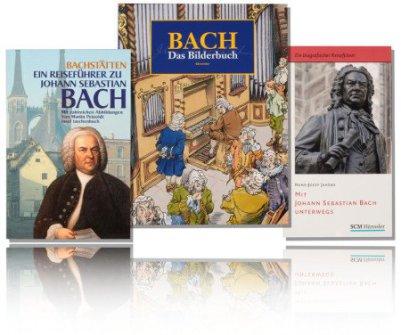 Im Bild sieht man eine Collage aus drei farbigen Fotos von 3 Bach-Büchern auf weißem Grund. Alle drei spiegeln sich. Es sind zwei Reiseführer zu Bach außen und ein Bilderbuch zu Johann Sebastian Bach in der Mitte.