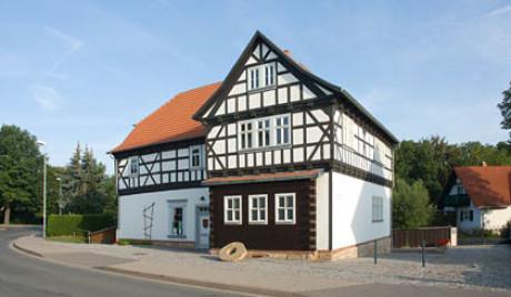 Auf dem Bild der Mühle in Wechmar im Kapitel Ursprung sieht man die Mühle näher, vor allem die Straße in einer Kurve darum herum. Die Straße, die beinahe die Zerstörung der Mühle verursacht hätte.