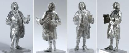 4 besonders extreme Hochformate zeigen eine vollplastische Bach-Figur. Sie ist aus Zinn, schwer und das ideale Musikergeschenk. Man sieht den Komponisten von allen Seiten.