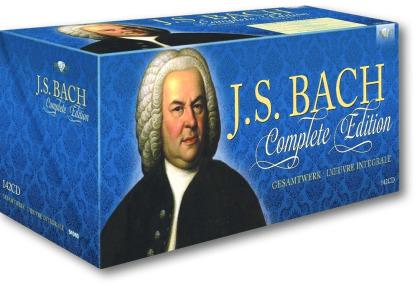 Man sieht die 142-CD-Box, das Gesamtwerk des Komponisten, die Hauptfarbe ist blau. Sie ist auf weißen Untergrund und wirft einen Schatten