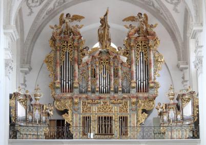 Man sieht keine Seite im Orgelkalender, sonder ein Foto einer barocken Kirche, innen. Im unteren Drittel mit einer Orgel. Oben schmücken Fresken und überschwenglicher Stuck Seiten und Decke. Rechts uind links erkennt man auch hohe Fenster.