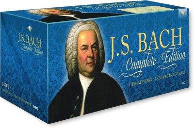 """Man sieht eine CD-Box für runde 150 Musik-CDs in einem Blauton. Auf ihr ist das Haußmann-Portrait von Johann Sebastian Bach groß sichtbar und die Worte """"J.S. Bach Complete Edition""""."""