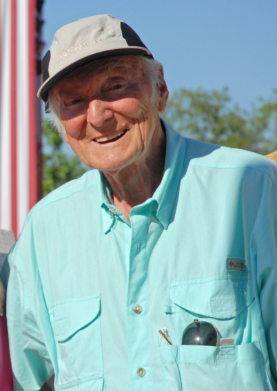 Peter Bach lacht zur Kamera. Er sein hellblaues Lieblingshemd an und trägt, nur weil er musste, eine Baseball-Mütze. In seiner Hemdtasche hat er seine Sonnenbrille.
