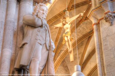 جوهان، سيستيان، باخ، برغم، أداة تعريف إنجليزية غير معروفة، تمثال، إلى داخل، ال التعريف، كاثردال، إلى داخل، أولم، جيرماني. هو يضع يده على ذقنه. لديه معطف طويل على. في الخلفية يمكنك ان ترى الصليب مع يسوع. انها وجهة نظر من الأرض إلى السقف.