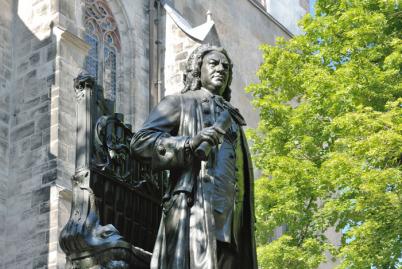 يقع نصب يوهان سيباستيان باخ الرائع مباشرة أمام جانب الكاتدرائية. باخ يقف الحق أمام جهاز الأنابيب. على اليمين هناك شجرة. باخ هو عقد دور ورقة في يده.