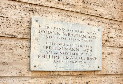 Eine Gedenktafel an einer Mauer erinnert an Wilhelm Friedemann Bach, an Philipp Emanuel Bach und an Johann Sebastian Bach, die hier eine lange Zeit ihres Lebens in Weimar wohnten. Erwähnt sind die Jahreszahlen zum Aufenthalt von JSB und die Geburtsdaten v