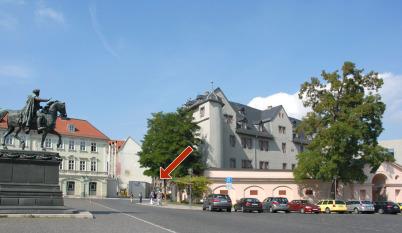 Wilhelm Friedemann ist auf einer Gedenktafel in der Nähe des Weimarar Rathauses erwähnt. Auf einem heutigen Foto blickt man zwischen einem Reiterdenkmal und dem Roten Schloss Richtung Rathaus. Ein roter Pfeil deutet auf die Gedenktafel.