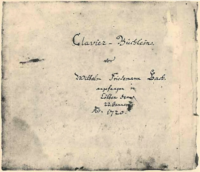"""Das """"Klavierbüchlein für Wilhelm Friedemann Bach"""" als Original. Schwarze Handschrift auf hell-beigem Grund. Man sieht das Titelblatt."""