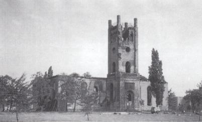 Man sieht die Ruine der Luisenkirche: auf einer schwarzweißen Postkarte im Winter. Am Kirchenturm fehlt das Dach.