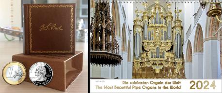 Orgelkalender und kleinste Bach-Biografie auf der Welt. In einem extremen Querformat ist links die kleine Bach-Biografie in einem Ledereinband und zwei Münzen für einen Größenvergleich. Rechts ist ein Orgelkalender-Titel abgebildet.