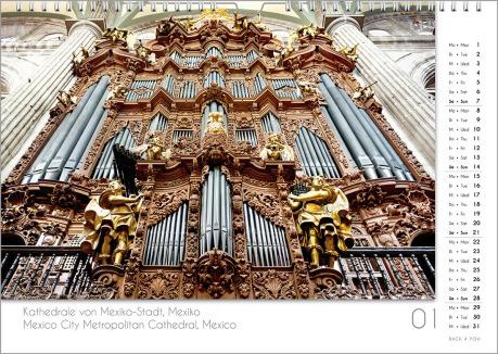 Es ist das Januarblatt in einem Orgelkalender. Die Orgel ist in Weiß- und Goldtönen. Im rechten Achtel ist das Kalendarium, im unteren Achtel ist der Monat sichtbar und es gibt eine zweisprachige Beschreibung vom Standort der Orgel.