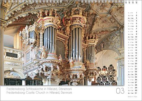 Es ist das März-Blatt in einem Orgelkalender. Die Orgel ist in Goldtönen. Im rechten Achtel ist das Kalendarium, im unteren Achtel ist der Monat sichtbar und es gibt eine zweisprachige Beschreibung vom Standort der Orgel.