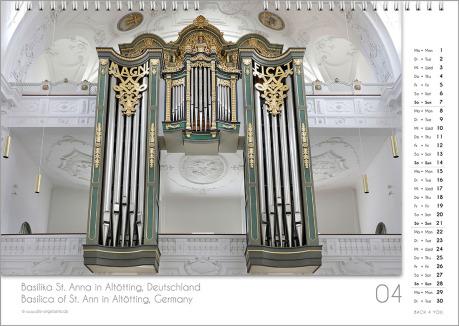 Es ist das April-Blatt in einem Orgelkalender. Die Orgel ist in Goldtönen. Im rechten Achtel ist das Kalendarium, im unteren Achtel ist der Monat sichtbar und es gibt eine zweisprachige Beschreibung vom Standort der Orgel.