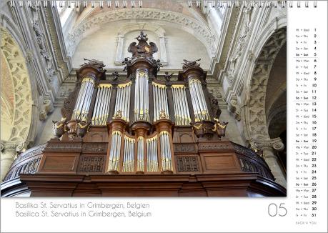 Es ist das Mai-Blatt in einem Orgelkalender. Die Orgel ist in Beige-Tönen. Im rechten Achtel ist das Kalendarium, im unteren Achtel ist der Monat sichtbar und es gibt eine zweisprachige Beschreibung vom Standort der Orgel.