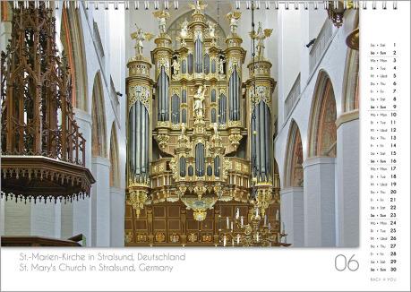 Es ist das Juni-Blatt in einem Orgelkalender. Die Orgel ist in Gold- und Blau-Tönen. Im rechten Achtel ist das Kalendarium, im unteren Achtel ist der Monat sichtbar und es gibt eine zweisprachige Beschreibung vom Standort der Orgel.