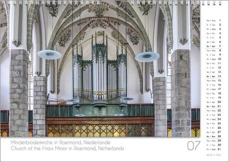 Es ist das Juli-Blatt in einem Orgelkalender. Die Orgel ist in Rosa- und Hellblau-Tönen. Im rechten Achtel ist das Kalendarium, im unteren Achtel ist der Monat sichtbar und es gibt eine zweisprachige Beschreibung vom Standort der Orgel.