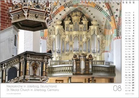 Es ist das August-Blatt in einem Orgelkalender. Die Orgel ist komplett golden. Im rechten Achtel ist das Kalendarium, im unteren Achtel ist der Monat sichtbar und es gibt eine zweisprachige Beschreibung vom Standort der Orgel.