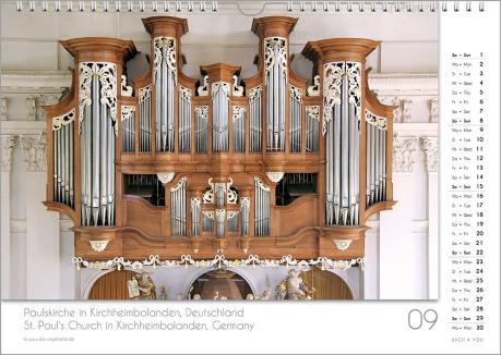Es ist das September-Blatt in einem Orgelkalender. Die Orgel ist in Braun- und Silber-Tönen. Im rechten Achtel ist das Kalendarium, im unteren Achtel ist der Monat sichtbar und es gibt eine zweisprachige Beschreibung vom Standort der Orgel.