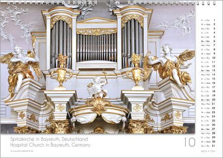 Es ist das Oktober-Blatt in einem Orgelkalender. Die Orgel ist in Braun- und Silber-Tönen. Im rechten Achtel ist das Kalendarium, im unteren Achtel ist der Monat sichtbar und es gibt eine zweisprachige Beschreibung vom Standort der Orgel.