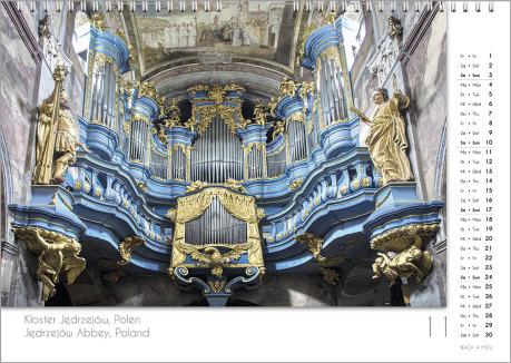 Es ist das November-Blatt in einem Orgelkalender. Die Orgel ist in Gold- und Silber-Tönen. Im rechten Achtel ist das Kalendarium, im unteren Achtel ist der Monat sichtbar und es gibt eine zweisprachige Beschreibung vom Standort der Orgel.