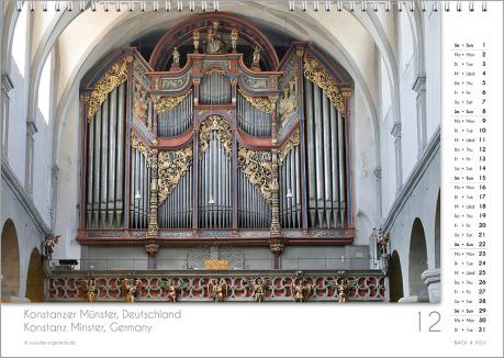 Es ist das Dezember-Blatt in einem Orgelkalender. Die Orgel ist in Rot- und Silber-Tönen. Im rechten Achtel ist das Kalendarium, im unteren Achtel ist der Monat sichtbar und es gibt eine zweisprachige Beschreibung vom Standort der Orgel.